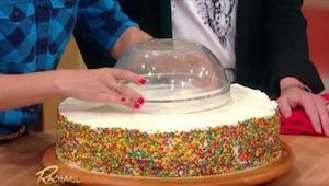 Puso una escudilla sobre la torta para cortarla bien. ¡El efecto es fantástico!