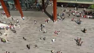 Una niña empezó a bailar en la plaza de Eindhoven. ¡Todos los transeúntes la gra