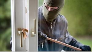 Un ladrón forzó una casa mientras los propietarios estaban fuera. ¡Cuando de rep