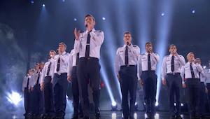 ¡Un coro masculino y una canción de ESTE cantante es una mezcla algo sorprendent