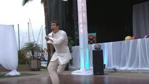 Un novio empezó a bailar solo. La muchedumbre de los invitados reaccionó como si